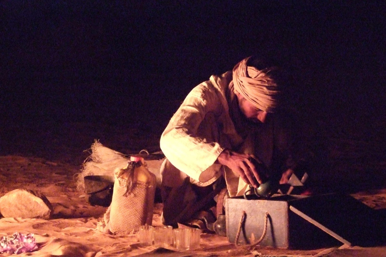 Bivouac dans le désert mauritanien, Ali fait le thé